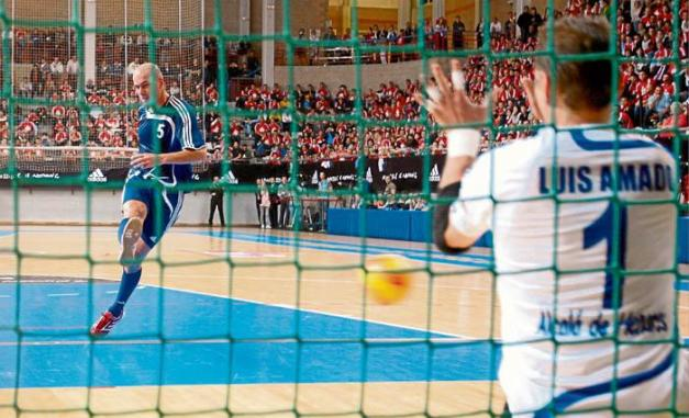 Zidane en un penalty frente a Luis Amado