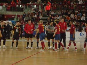 Saludo de equipos y árbitros