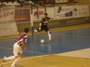 El Guardameta Juanjo (ElPozo) golpeando al balón