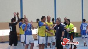Saludo de los equipos al término del encuentro